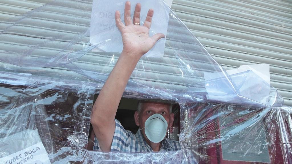 Pide Gómez Urrutia obligar a empresas a crear comisiones de higiene contra COVID-19 - A pesar de la contingencia por el coronavirus, algunos comerciantes continúan vendiendo sus productos para poder subsistir. Foto de Notimex