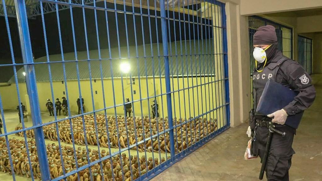Nayib Bukele, presidente de El Salvador, autoriza a usar fuerza letal para enfrentar pandillas - Fotografía cedida por la Presidencia de El Salvador que muestra a un guardia durante una inspección de seguridad a reclusos, en el Centro Penal de Máxima Seguridad de Zacatecoluca. Foto de EFE/ Cortesía Presidencia El Salvador.