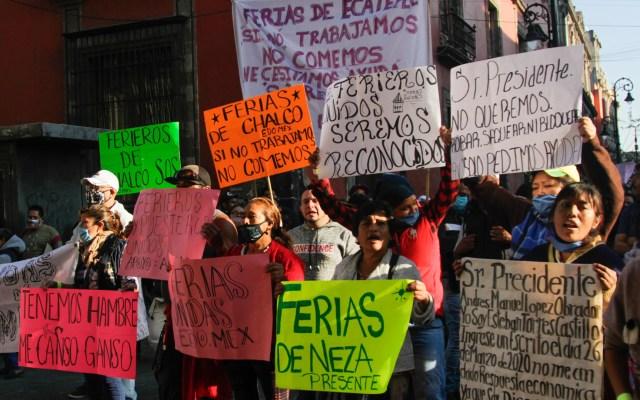Ferieros y cirqueros exigen apoyos económicos a López Obrador - Ferieros y cirqueros en protesta afuera de Palacio Nacional. Foto de Notimex
