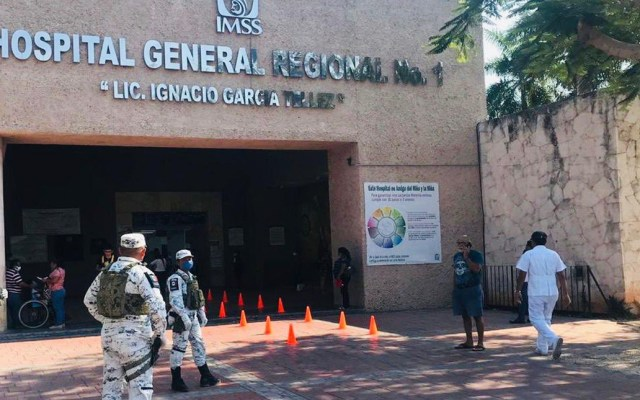 Guardia Nacional inicia vigilancia de hospitales del IMSS - Guardia Nacional afuera de hospital del IMSS. Foto de @GN_MEXICO_
