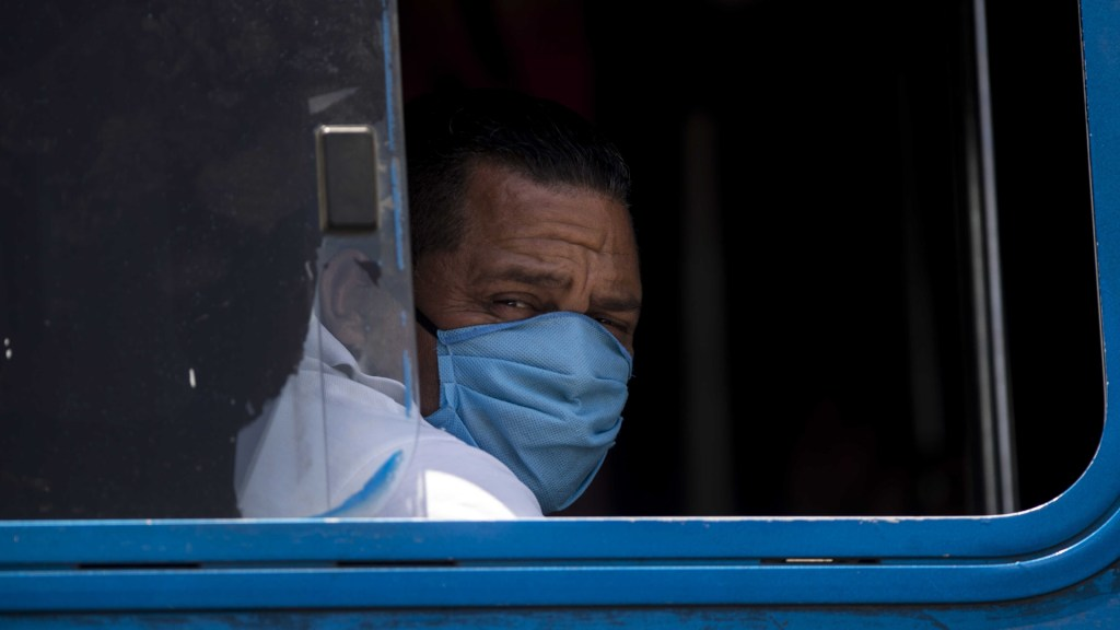 Nicaragua niega ingreso a 251 connacionales varados en el extranjero - Habitante de Nicaragua con cubrebocas para evitar el coronavirus. Foto de EFE