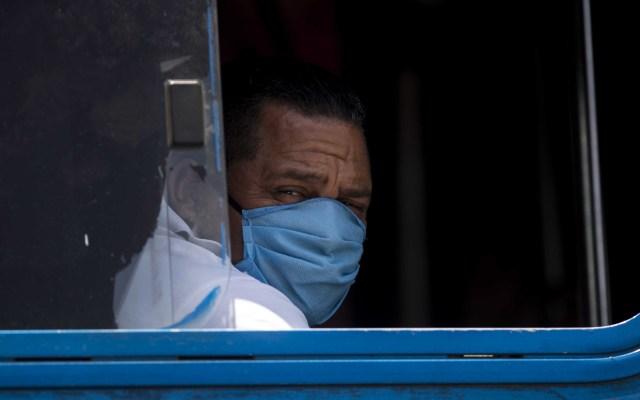 Acusan a Gobierno de Nicaragua de ocultar pandemia de COVID-19 con entierros clandestinos - Habitante de Nicaragua con cubrebocas para evitar el coronavirus. Foto de EFE