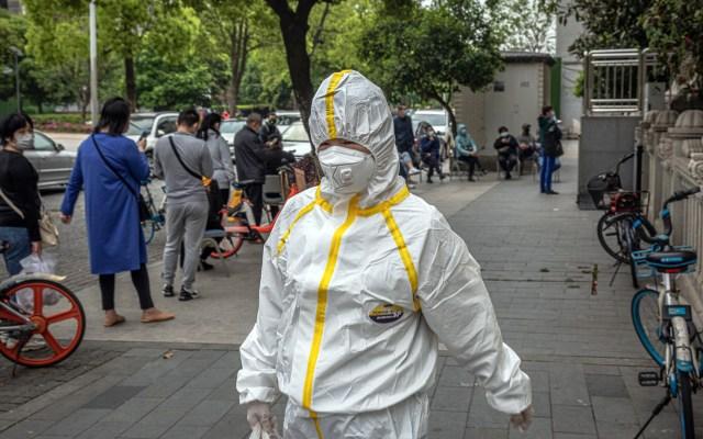 Wuhan añade mil 290 muertes por coronavirus a las reportadas - Luego de que se levantara la cuarentena en Wuhan, China, las personas siguen tomando medidas contra el coronavirus. Foto de EFE
