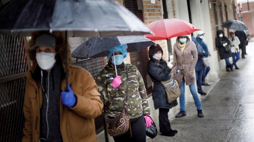 Senado de EE.UU. aprueba plan de rescate económico de casi 500 mil mdd - Habitantes de Nueva York hacen fila afuera de centro médico para hacerse la prueba del COVID-19. Foto de EFE