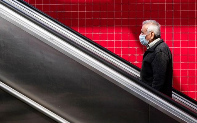 Realizan estudio en Los Ángeles para determinar duración de la pandemia - Hombre con cubrebocas en Metro de Los Angeles. Foto de EFE