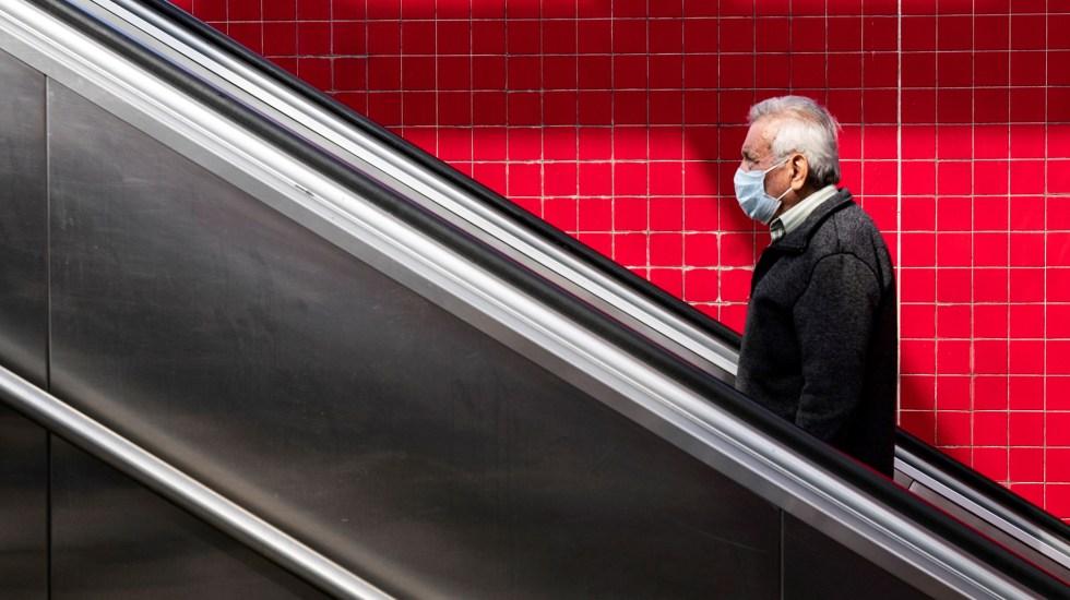 Coronavirus podría transmitirse al respirar, considera autoridad sanitaria de EE.UU. - Hombre con cubrebocas en Metro de Los Angeles. Foto de EFE