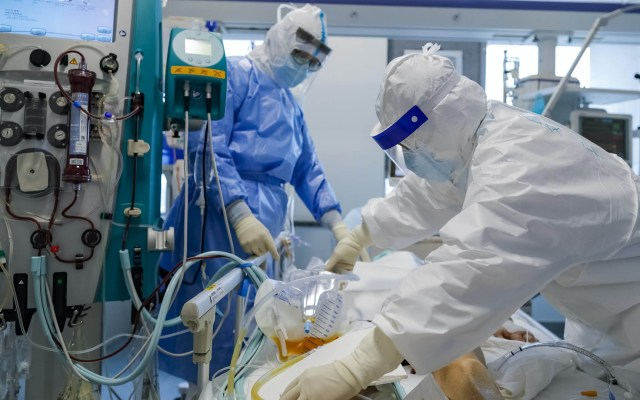 Paciente de 86 años y con 13 enfermedades crónicas supera el COVID-19 - Hospital China atención COVID-19