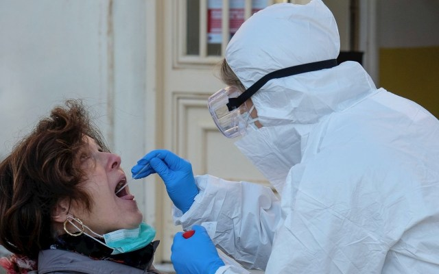 Italia supera las 13 mil muertes por COVID-19 - Atención al COVID-19 en Italia. Foto de EFE/EPA/ALESSANDRO DI MEO.