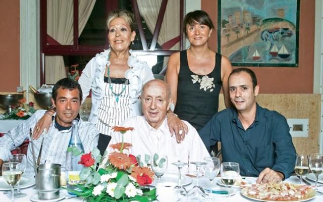 Dan de alta tras padecer COVID-19 a Lucio Blázquez, dueño del restaurante Casa Lucio - Lucio Blázquez con su familia. Foto de ¡Hola!