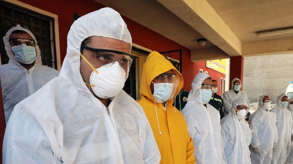 ONU lanza iniciativa contra información falsa sobre el COVID-19 - Médicos de Egipto que atienden el COVID-19. Foto de EFE
