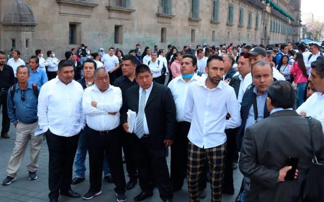 Meseros despedidos por COVID-19 protestan frente a Palacio Nacional - Foto de EFE