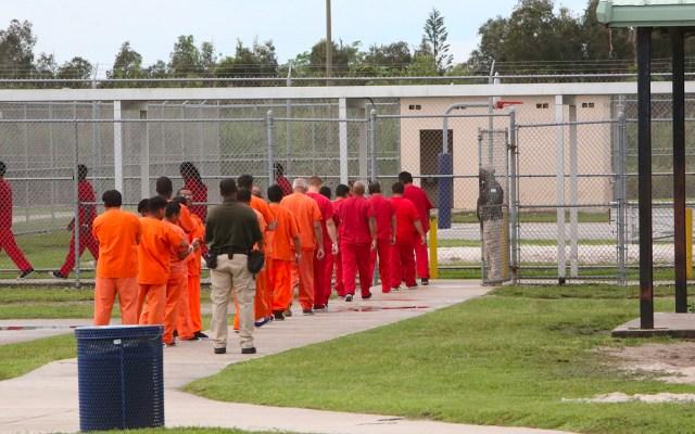 Aíslan a 238 internos del centro de detención de migrantes de Miami por COVID-19 - Dichas medidas se realizaron después de que un migrante y dos funcionarios dieran positivo en las pruebas a coronavirus COVID-19