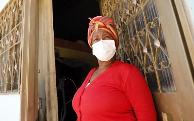 Colombia suma mil 484 contagios de coronavirus y 35 muertes - Mujer de Colombia con cubrebocas para prevenir el coronavirus. Foto de EFE