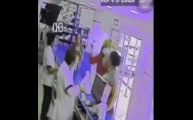 #Video Mujer, supuestamente con COVID-19, agrede a personal de farmacia - Captura de pantalla