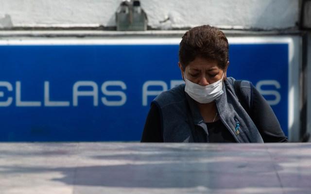 Metro de la CDMX operará mañana 1 de mayo con horario festivo - Mujer utiliza cubrebocas en el transporte público de la Ciudad de México
