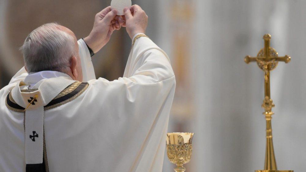 Papa Francisco desea consuelo a víctimas del coronavirus - Papa Francisco da la comunión en Santa Misa de la resurrección de Jesucristo. Foto de Vatican News