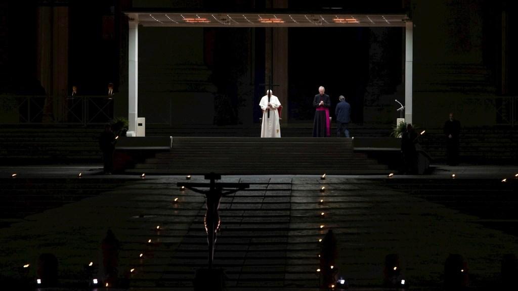 Papa Francisco encabeza Viacrucis en una Plaza de San Pedro vacía - Papa Francisco Viacrucis solitario viernes santo
