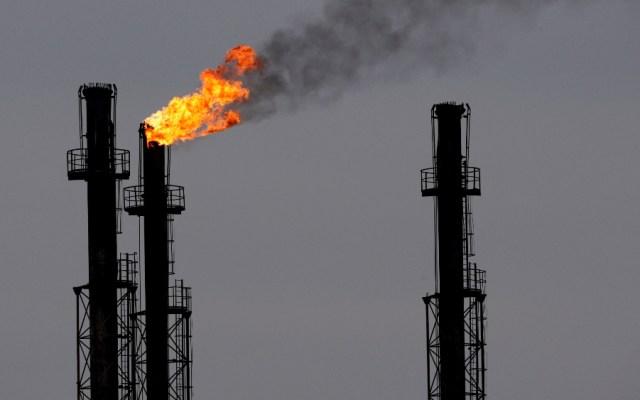AMLO acuerda reducir producción de petróleo en 100 mil barriles - Foto de EFE