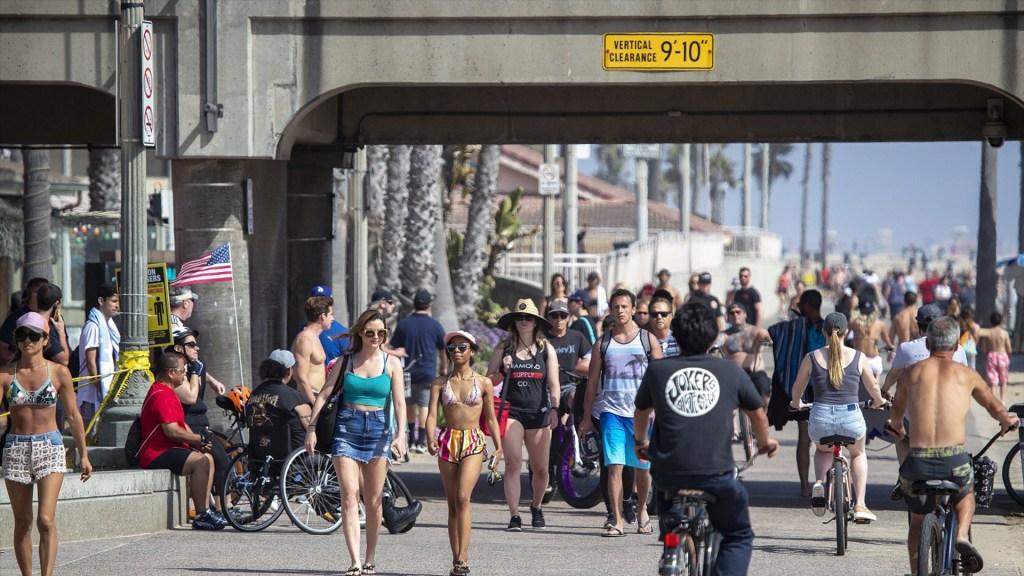 Playas de California abarrotadas tras relajación de contingencia por COVID-19 - Vista de una calle en Orange, California, abarrotada tras la relajación de restricciones por COVID-19. Captura de pantalla/ABC 7.