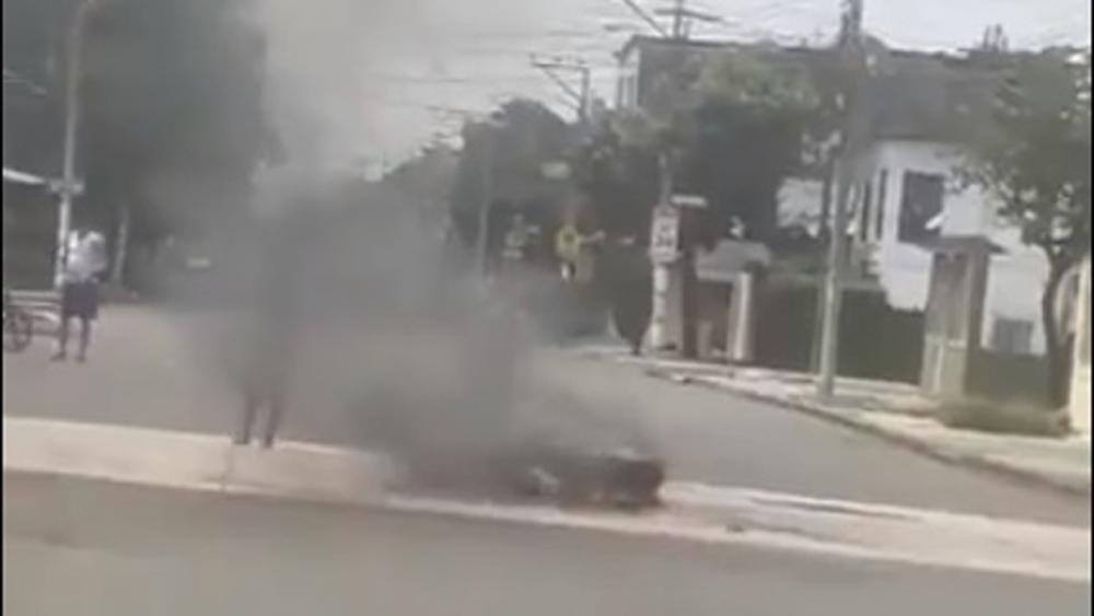 Ecuador niega que quemas callejeras sean de cadáveres - Presunta quema del cadáver de una víctima del COVID-19 en Guayaquil. Captura de pantalla