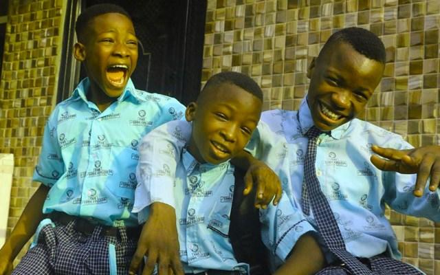 """Adolescentes nigerianos recrean el tráiler de la última temporada de """"La Casa de Papel"""" - Conocidos como Ikorodu Bois, estos jóvenes recrean, desde 2017 y con sus recursos, videos musicales de presupuestos multimillonarios y tráilers de Hollywood"""