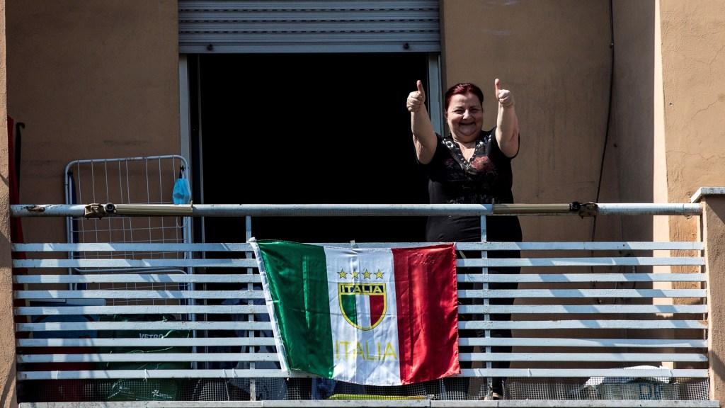 Bajan contagios de COVID-19 en Italia, pero aumentan decesos - Residente de Roma, Italia, asomándose a la calle desde su balcón, durante la cuarentena por coronavirus. Foto de EFE