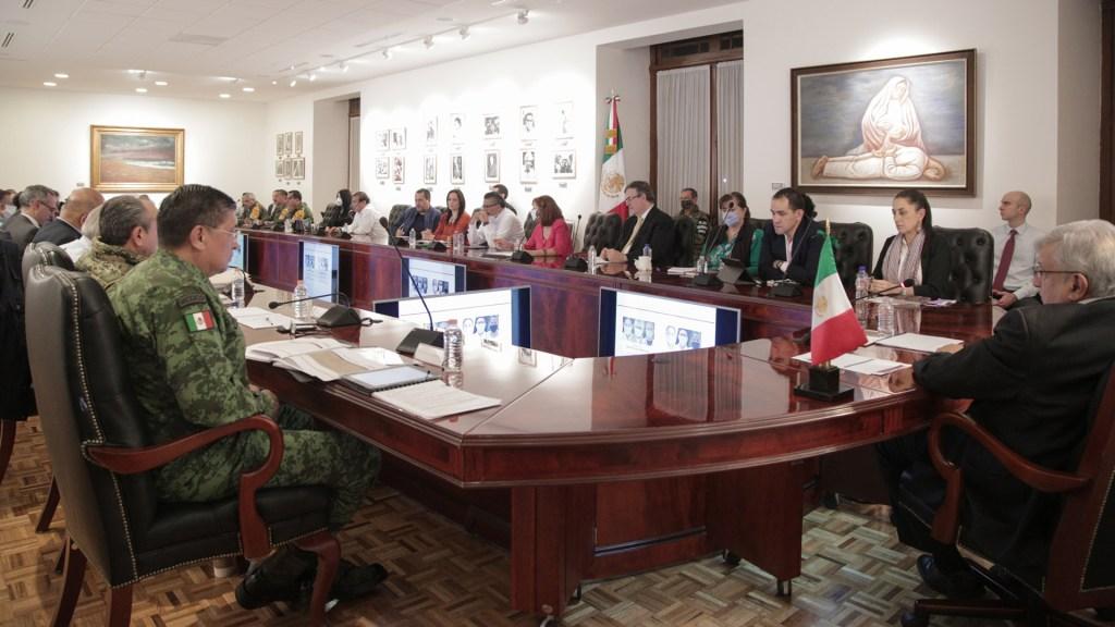 """López Obrador aplaude comportamiento de la gente para """"domar"""" al COVID-19 - Reunión de López Obrador con Gabinete Federal sobre pandemia. Foto de @lopezobrador_"""