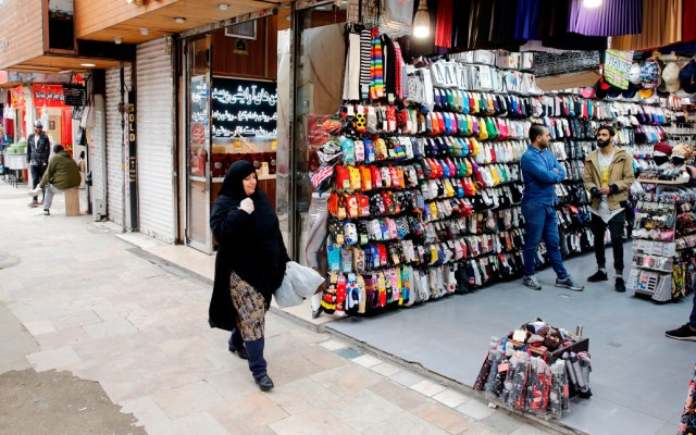 Reabren pequeños negocios en Teherán tras un mes de cierre por COVID-19 - El pequeño comercio reabrió este sábado en Teherán, una semana más tarde que en el resto de Irán, tras un mes de cierre por COVID-19