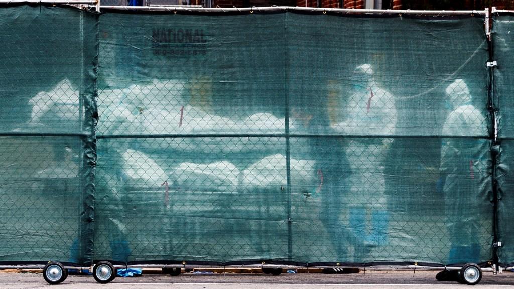 Nueva York congelará cadáveres de víctimas de COVID-19 - Traslado de cadáveres de víctimas de COVID-19 a una morgue temporal en Brooklyn. Foto de EFE
