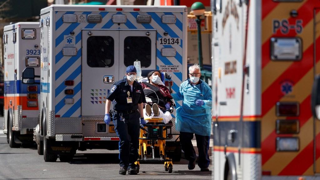 Nueva York plantea 'entierros temporales' de víctimas de COVID-19 - Traslado de paciente grave por COVID-19 en Nueva York. Foto de EFE