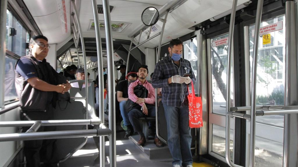 Contaminación y transporte público aumentan riesgo de contraer COVID-19 - Usuarios del Metrobús durante emergencia sanitaria por COVID-19. Foto de Notimex