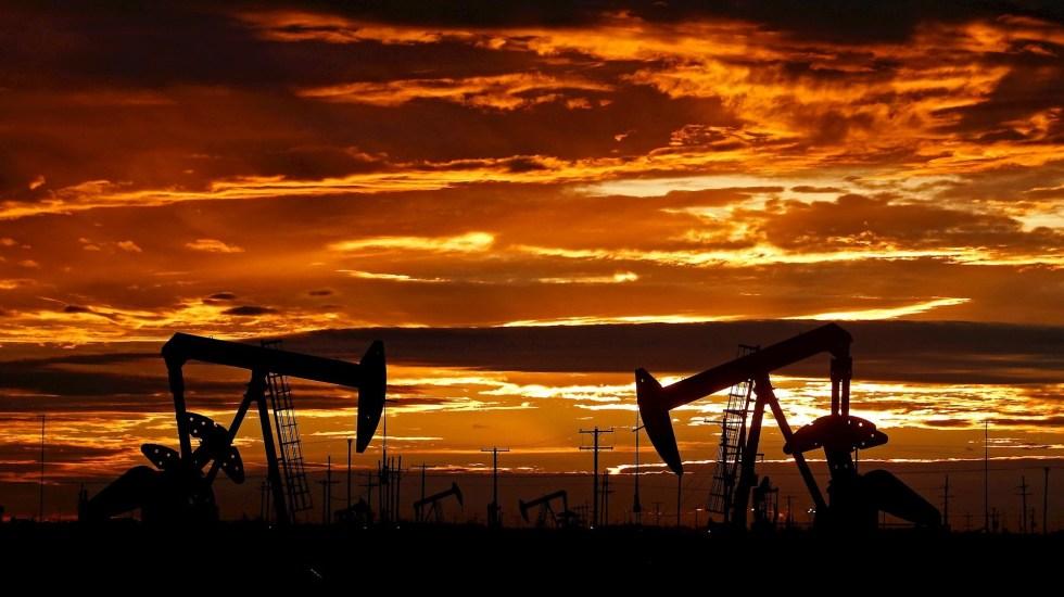 Precios del petróleo moderan sus pérdidas y cotizan casi planos - Trabajos en refinería para el West Texas Intermediate, el petróleo de referencia de Estados Unidos. Foto de EFE/EPA/LARRY W. SMITH.