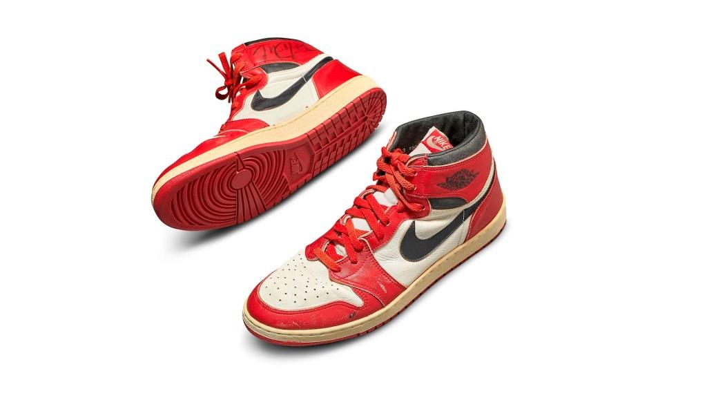 Tenis de Michael Jordan se venden en 560 mil dólares en subasta de Sotheby's - Air Jordan 1 sothebys