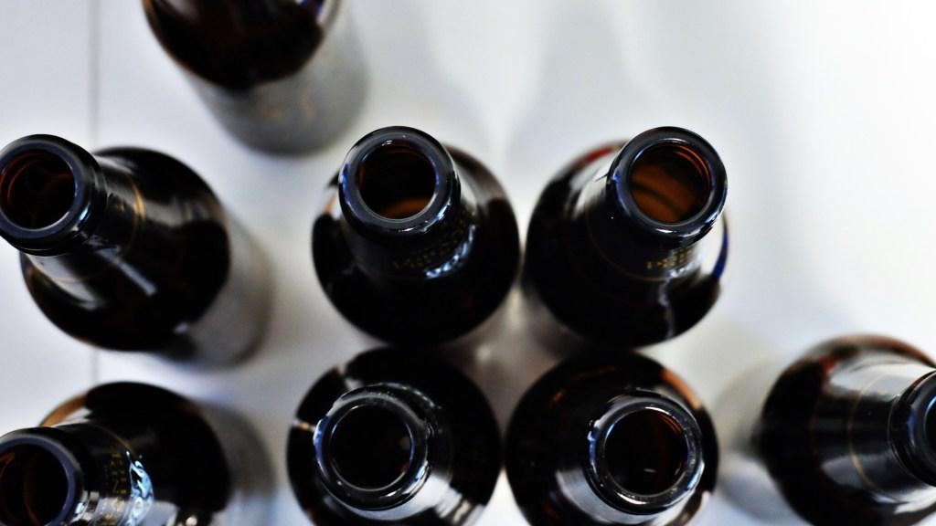 Suman 24 muertes por consumo de alcohol adulterado en Jalisco - Alcohol botellas vacías
