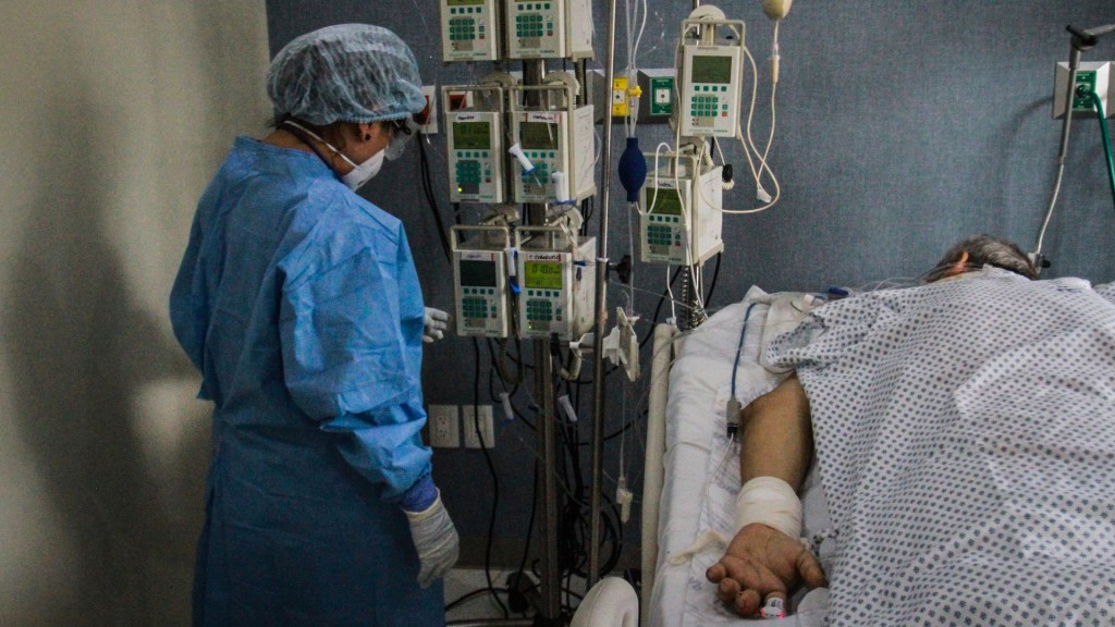 Poco frecuentes las alteraciones fuera del aparato respiratorio tras COVID-19, asegura López-Gatell - La doctora Karina Rosas revisa a un paciente con COVID-19 para evaluar la condiciones de sus pulmones en el Hospital Ángeles, en la ciudad de Tijuana. Foto de EFE