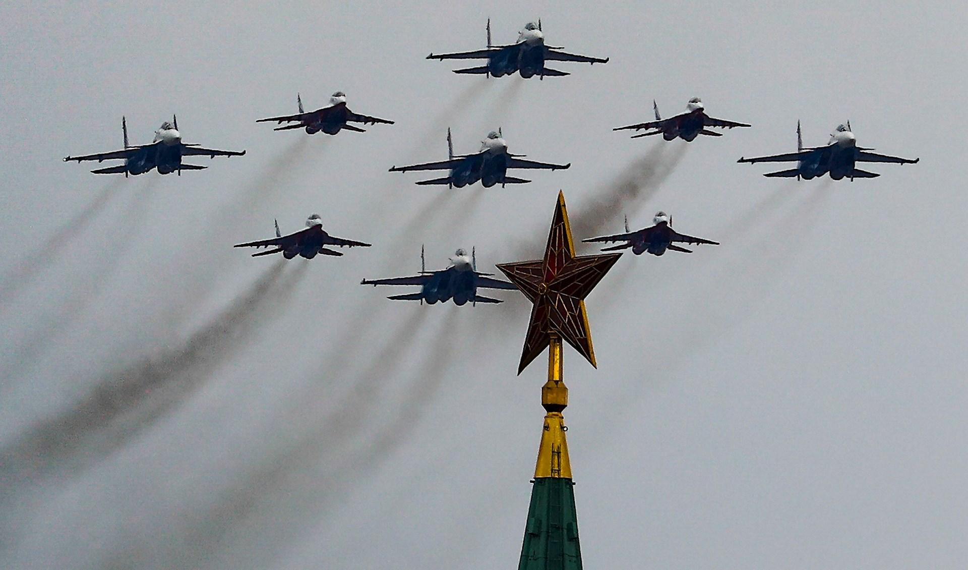 Aviones vuelan sobre el Kremlin durante el desfile del Día de la Victoria en Moscú, Rusia