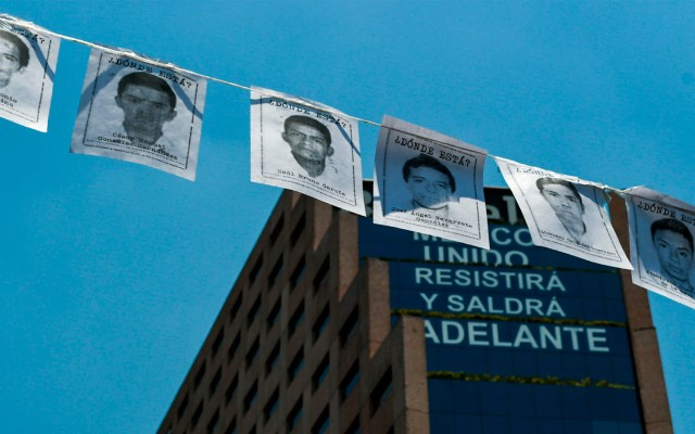 Detienen en Mérida a comandante por presunta tortura en caso Ayotzinapa - Acciones para la visibilización del caso en el antimonumento +43 sobre Paseo de la Reforma. Foto de Notimex / Archivo.