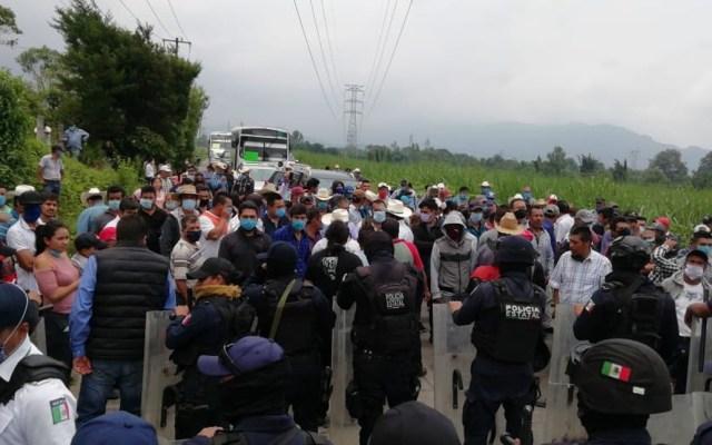 Pobladores bloquean carretera por detención de juez en Veracruz - Bloqueo de la carretera La Perla-Orizaba. Foto de @JavierLandaMx