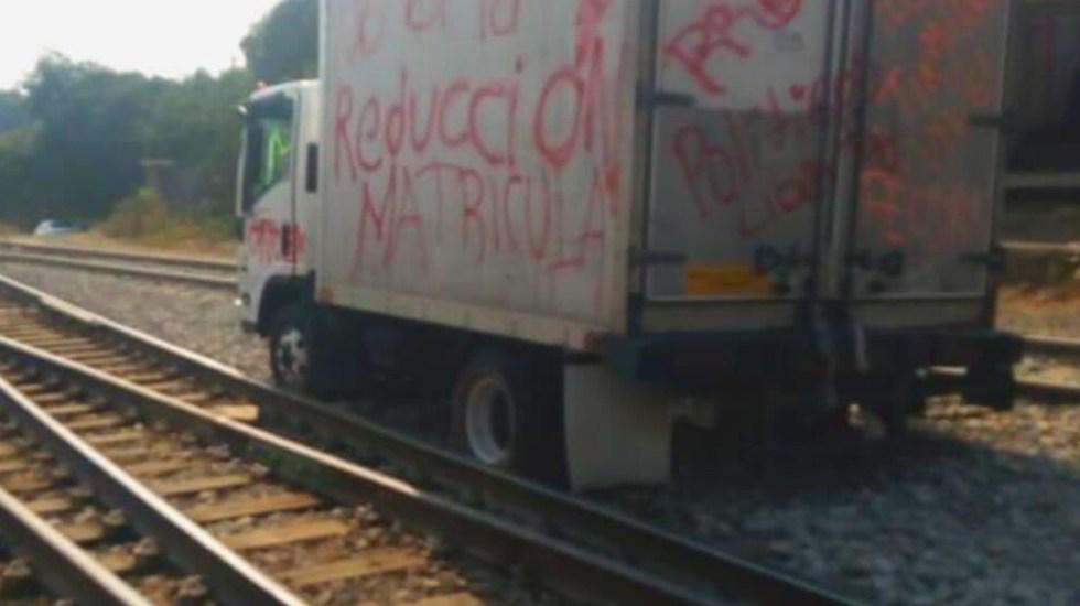 Normalistas bloquean vías ferroviarias en Michoacán - Bloqueo de vías ferroviarias en Uruapan, Michoacán. Foto de @aiemac