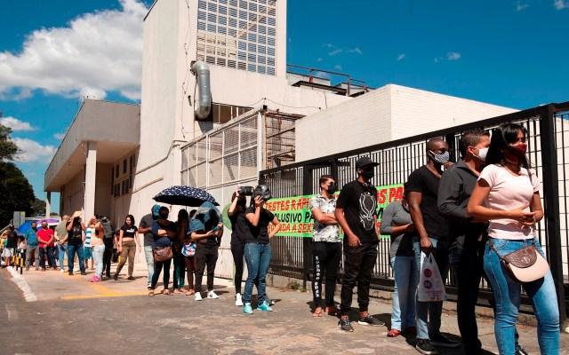 Brasil llega a 43 mil 959 muertes y 888 mil 271 casos de COVID-19 - Imagen de personas haciendo fila en Brasil. Foto de EFE/ Joédson Alves/Archivo