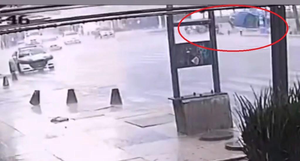 #Video Camioneta sale volando en choque con patrulla en la CDMX - Choque de patrulla con camioneta en la Ciudad de México. Foto de @MrElDiablo8