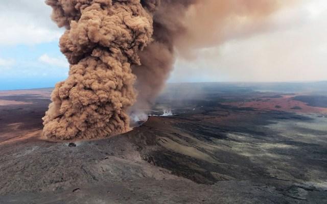 Descubren lago de agua en el volcán Kilauea - Columna de humo del Kilauea. Foto de Gtres