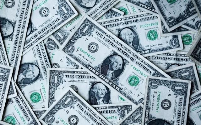 Deuda pública de Estados Unidos alcanzará al terminar 2020 casi el mismo tamaño de su economía - Dólares. Foto de Sharon McCutcheon / Unsplash