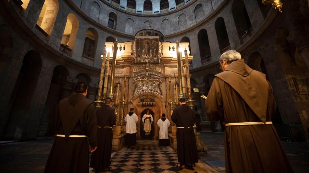 Reabren a fieles Santo Sepulcro de Jerusalén - Durante la pandemia, la Basílica del Santo Sepulcro de Jerusalén ha continuado su funcionamiento sin feligreses. Foto de EFE