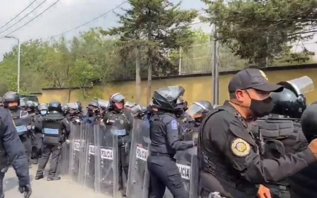 #Video Liberan Av. Constituyentes tras protesta de expolicías federales - Elementos de la SSC encapsulan a expolicías federales que bloqueaban Av Constituyentes. Captura de pantalla / @i_alaniis