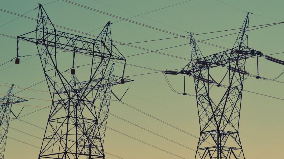 """Demanda mundial de electricidad caerá """"histórico"""" 2 por ciento en 2020 - Energía electricidad cables"""