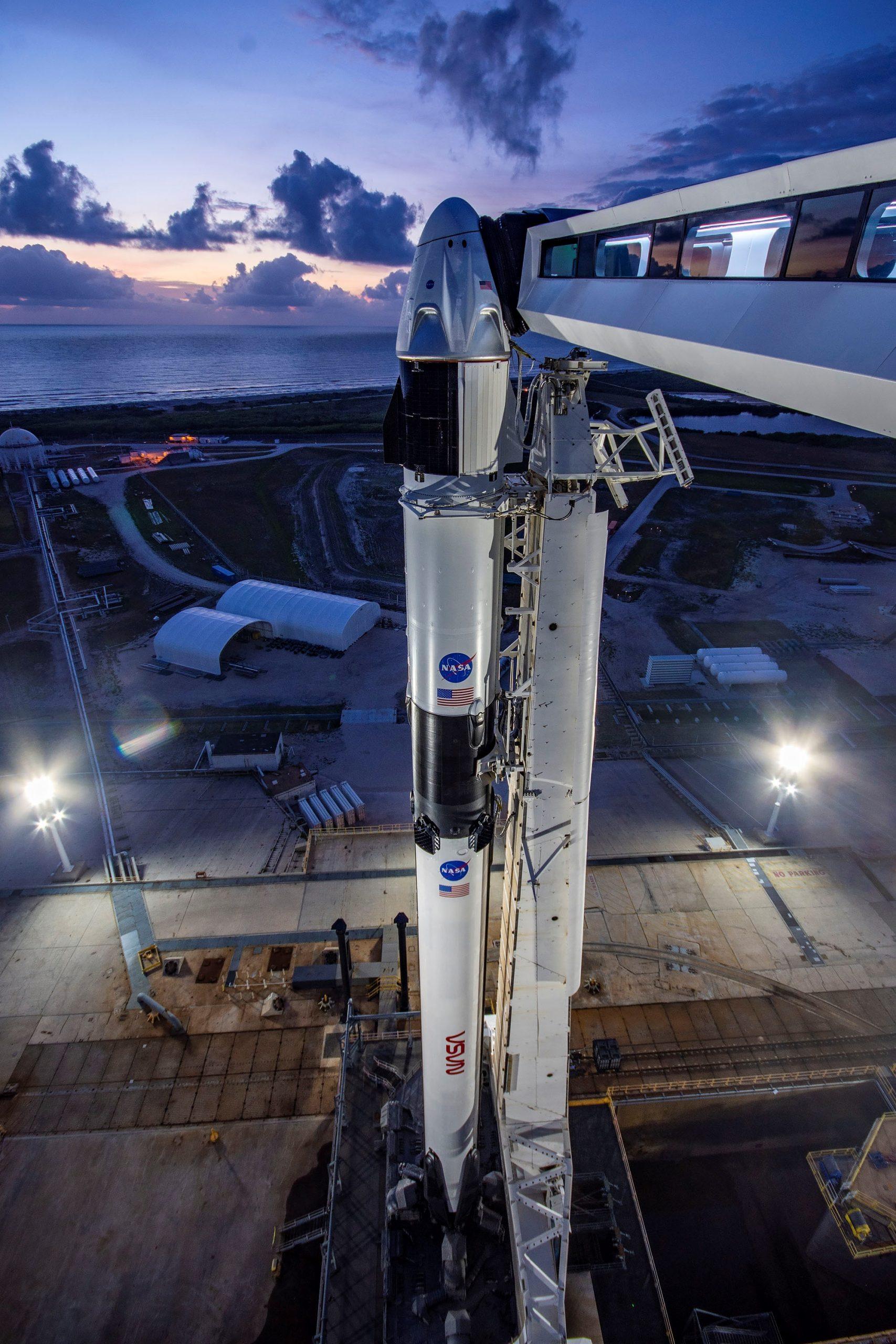 El cohete Falcon 9 de SpaceX que lleva acoplada la cápsula Dragon Crew que transportará a los astronautas Doug Hurley y Bob Behnken de la NASA, en la plataforma 39A del Centro Espacial Kennedy, en Cabo Cañaveral, Florida. Foto de EFE/ SpaceX.