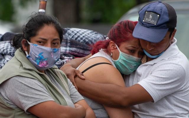 Pandemia de COVID-19 en México empeorará de no replantearse estrategia, advierte José Narro - Familiares de pacientes con COVID-19 afuera del hospital General de México Dr. Eduardo Liceaga. Foto de Notimex