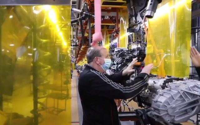 Industria automotriz de Estados Unidos reanuda operaciones - Fiat Chrysler colocó plásticos en sus líneas de producción como medida preventiva ante el COVID-19. Captura de pantalla / @FiatChrysler_NA