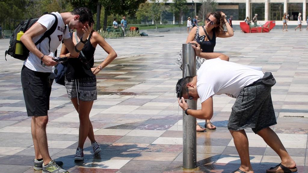 En 50 años, un tercio de la población vivirá con calor similar al del Sahara - Habitantes de Albania refrescándose en bebedero público. Foto de EFE